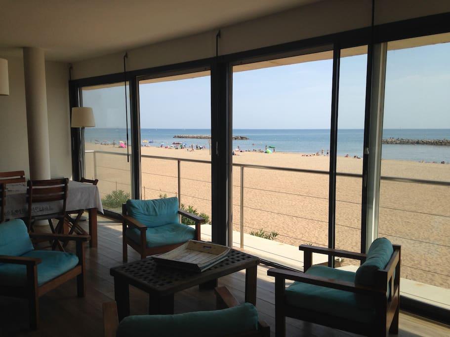 salle de séjour de 65 m2 face à la mer