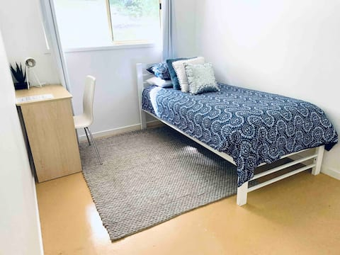 Single room in quiet, leafy Goonellabah home