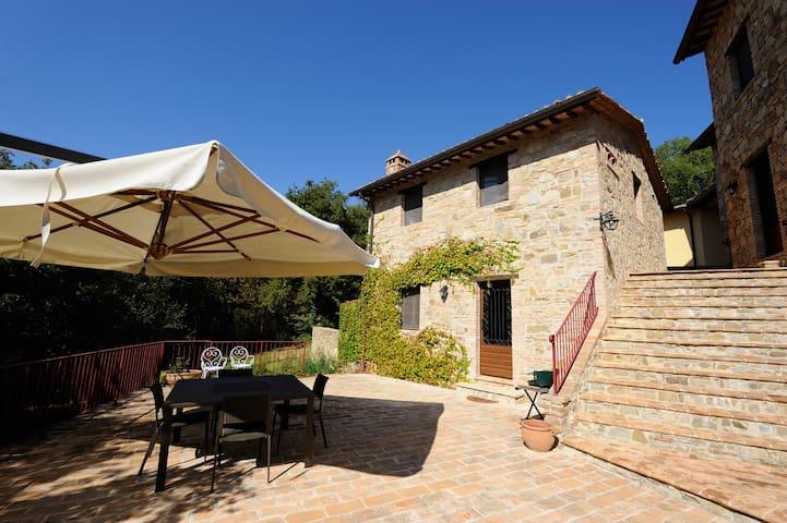 Piccolo casale con  terrazza privata e piscina.