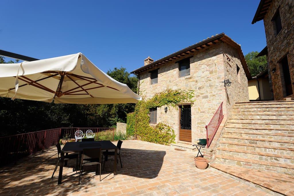 Piccolo casale con terrazza privata e piscina cottage for Piani di casa cottage con portici