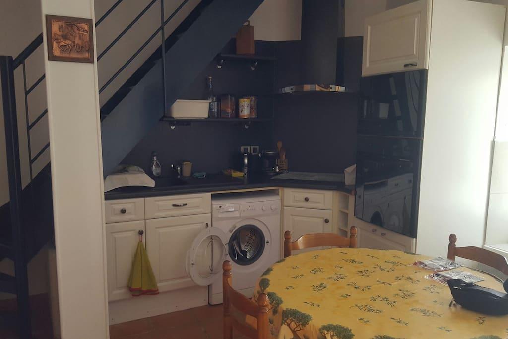 La cuisine équipée plaque électrique et machine à laver le linge
