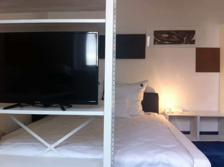 ROOM CLOSE TO MESSE/EXPOPLAZA/TUIARENA/ WIFI