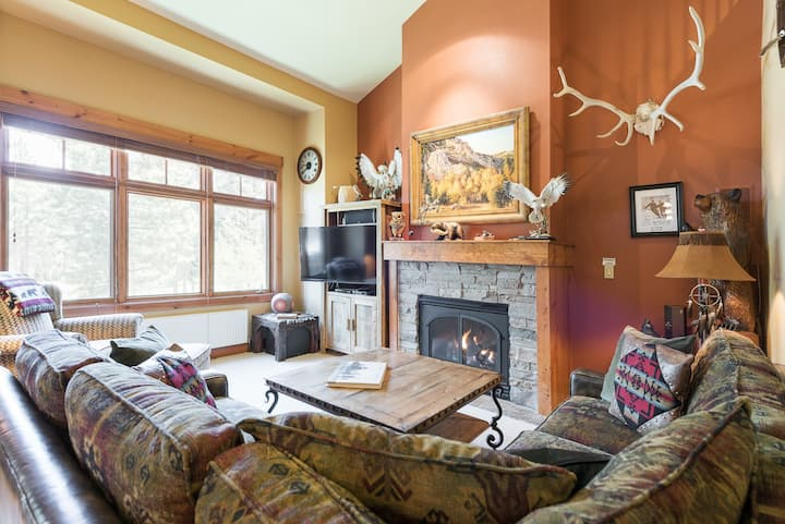 Alluring Townhome on the Golf course with access to free ski shuttle