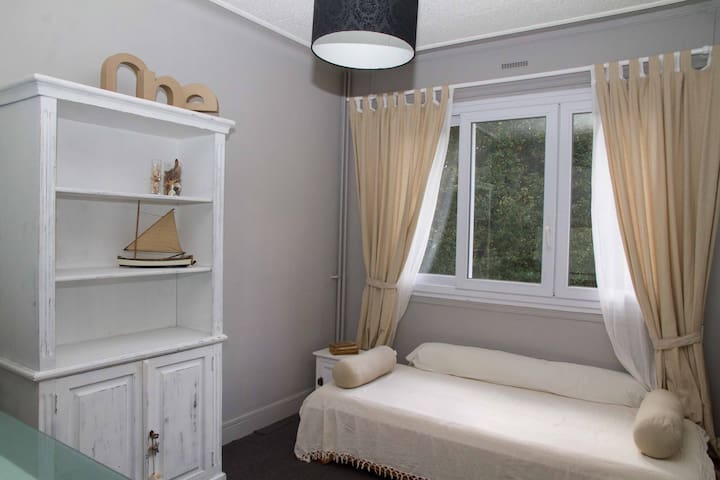 Chambre# 2 - 1 lit simples / 1 bed configuration