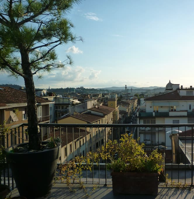 From our terrace you have a wonderful open view including the hills and the whole city with the Brunelleschi's cupola and Palazzo Vecchio    》》》