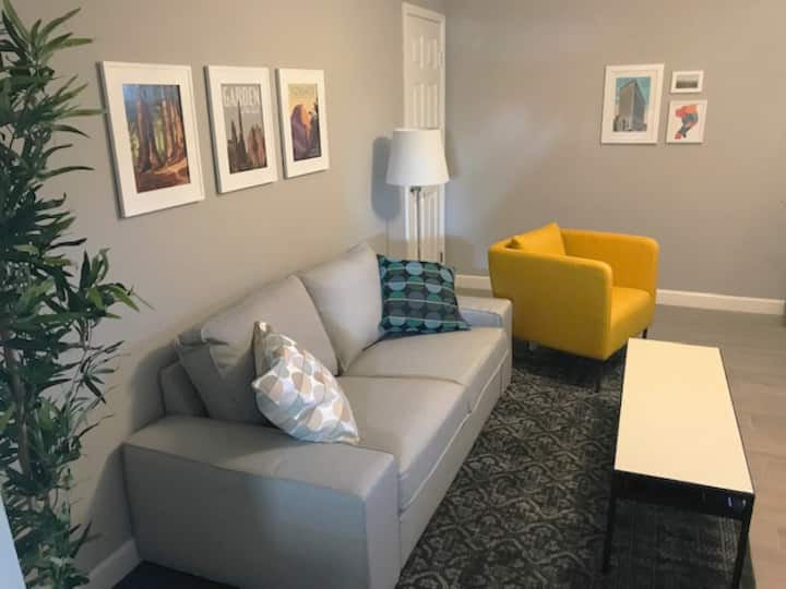 Newly renovated, solar, 2 BR near Bradley (Apt. E)