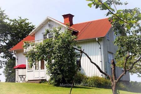 Bo på Lantgård och besök Astrid Lindgrens Värld