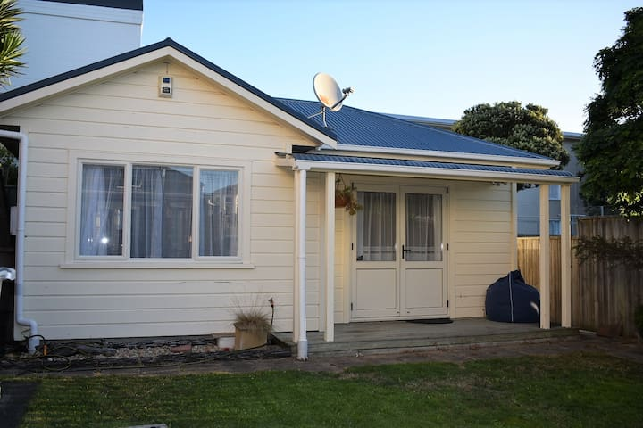 Spacious 1 bdrm cottage - quick bus ride to CBD