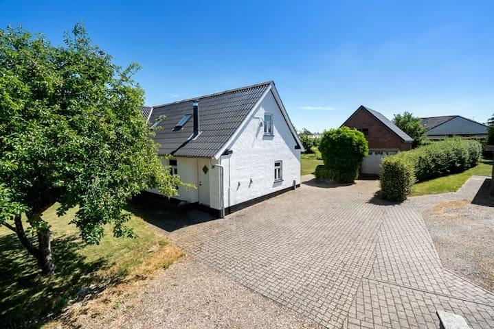 Hyggeligt byhus midt i Ølholm.