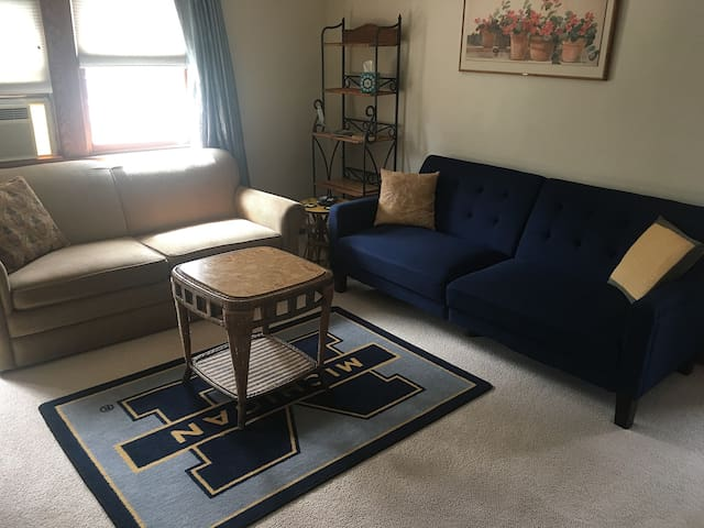 Comfy 2 bdrm, 2 blocks to UM Stadium/Near Downtown