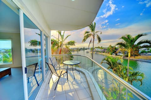 3BR Spacious Broadbeach Lakefront Apartment with views