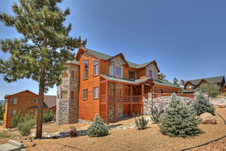 Windsong Retreat: Luxurious! Panoramic Views! Hot Tub! Internet! Master Suite! Game Table!