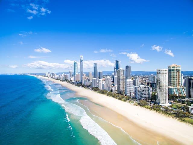 "Located in the heart of Surfers Paradise GC, downstairs is the famous ""Surfers Paradise"" beach just walk 5 minutes 公寓希尔顿大楼内,位于黃金海岸冲浪者天堂黄金核心地段, 下楼走5分钟就是著名的""冲浪者天堂""沙滩"