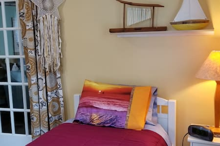 Charming space, cozy bedroom with on-site parking