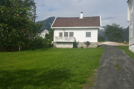 Central and charming holiday house - Balestrand - Hus