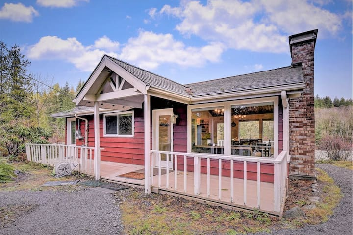 NEW LISTING! Cabin with beautiful river views, firepit, and private gas grill!