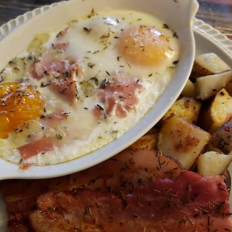 Breakfast Baked Eggs with Ham