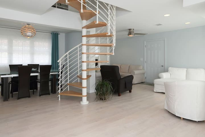3 additional bedrooms, gorgeous gathering spaces! - Bergenfield - Casa