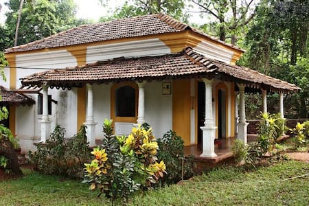 Rustic Goan Villa Amidst Birds & Greenery - Colvale - Rekkehus