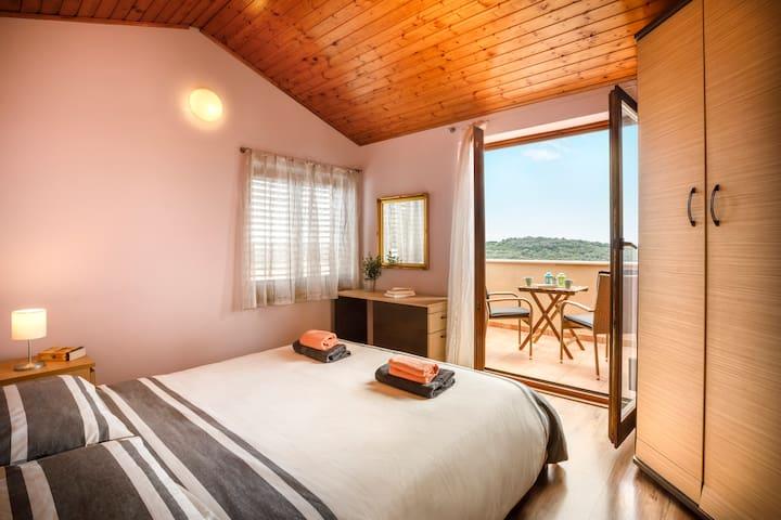 Master bedroom (160X200cm bed)