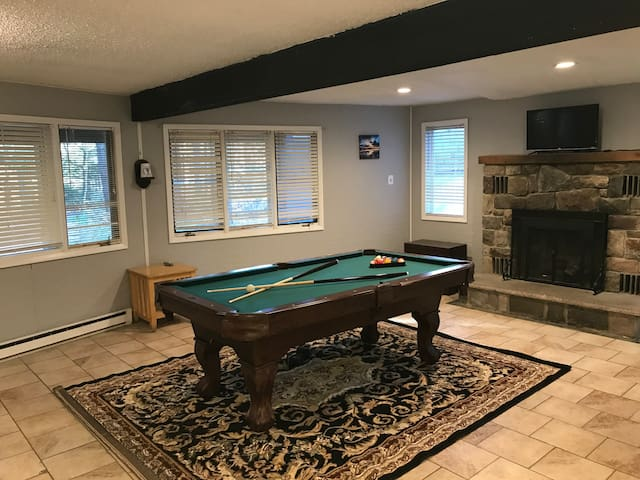 Large home 16 ppl poconos private pool hot tub chalets for rent in tobyhanna township for Pocono rental with private swimming pool