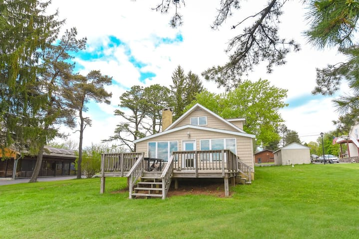 New Lakefront cottage with dock slip, gas grill, fireplace and foosball table!