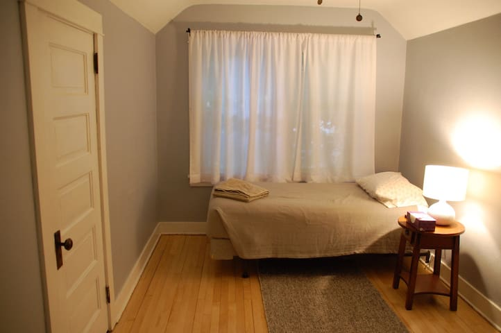 Private room in cozy Cape Cod - Madison - House