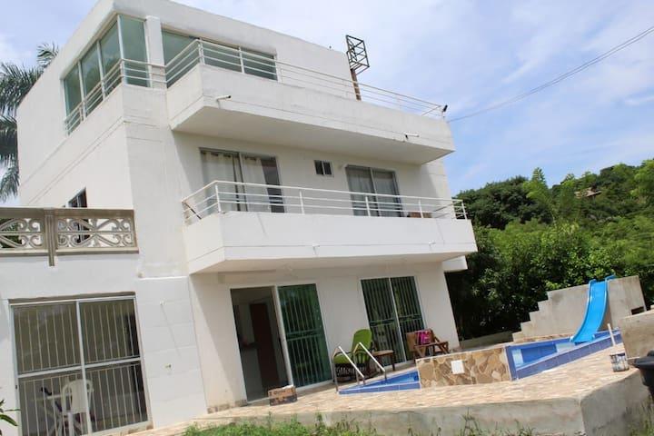 Casa de 3 pisos con piscina,zona barbe.,juegos