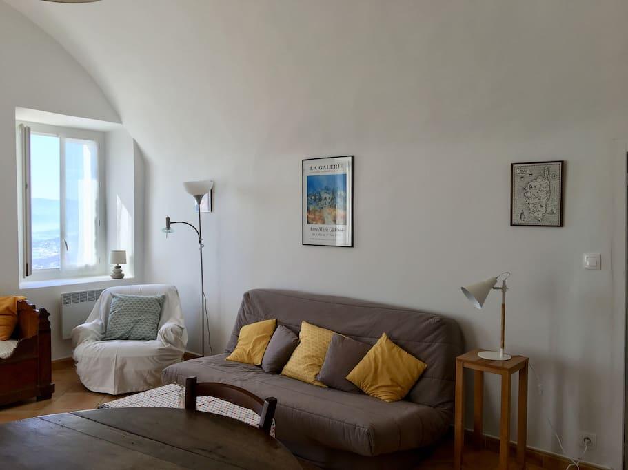 Le salon avec canapé clic clac