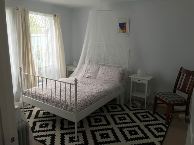 Barossa Blue - Three Bedroom Bed and Breakfast.