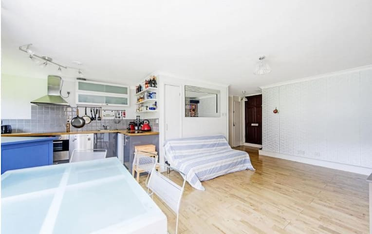 Zone 1 Entire Flat for 4 ppl in Chelsea by river