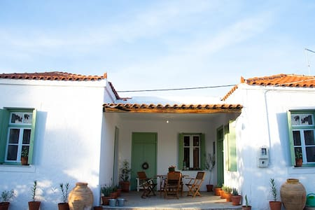 ¶Sophia's traditional cottage,200m from the sea.