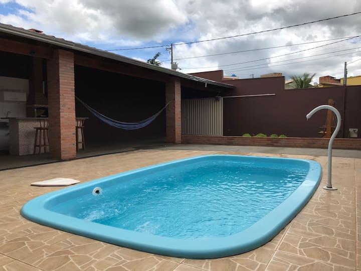 Casa com três quartos, churrasqueira e piscina!