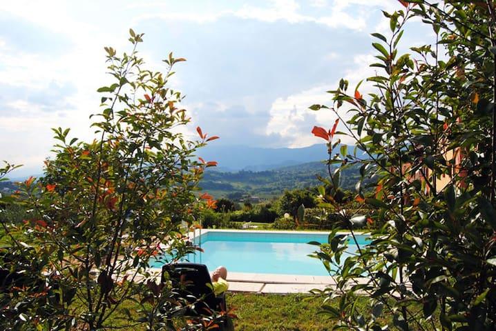 Villa con piscina e vista sulle colline del vino