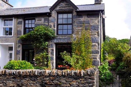 Lovely house in Snowdonia, pretty hamlet location.