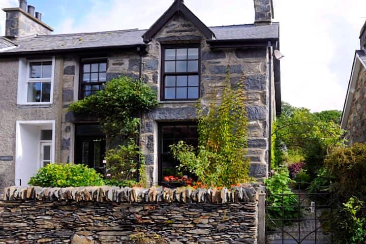 Lovely house in Snowdonia, pretty hamlet location.