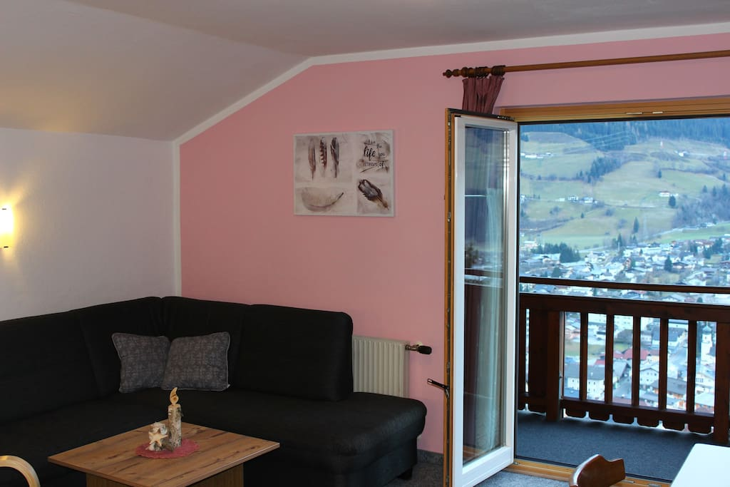 Wohnküche mit Couch und super Ausblick auf Mittersill