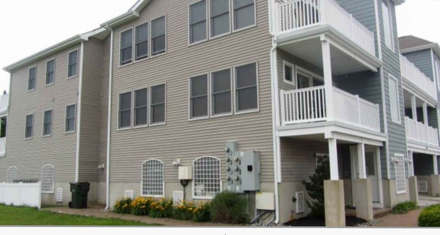 Spacious top floor condo bay views - Wildwood