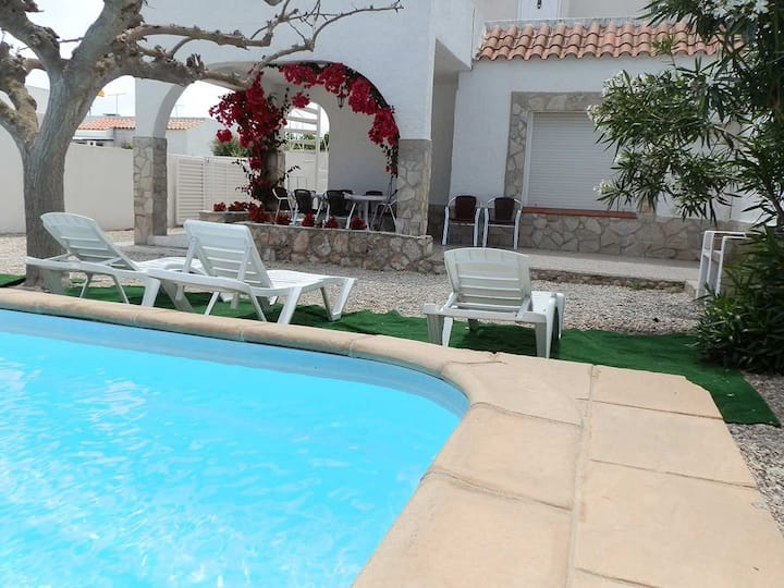 CASA COLL VERD, Ideal house for your holidays near the sea, free wifi, air conditioning, private pool, pets allowed, dog's beach.