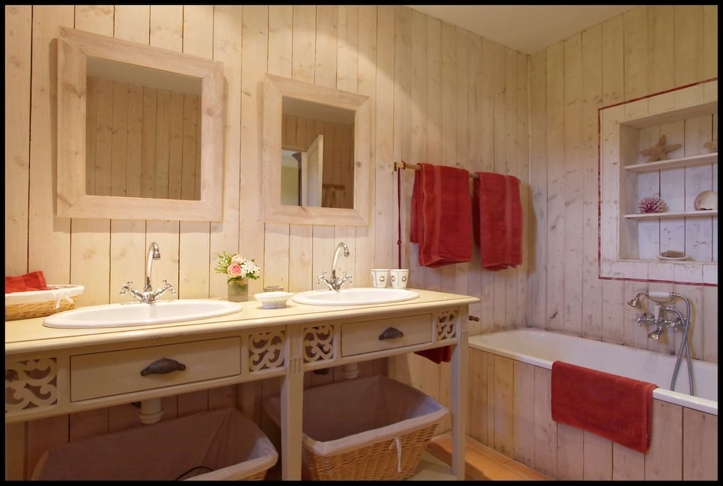 Grande salle de bain privée avec double lavabos, baignoire, bidet et wc