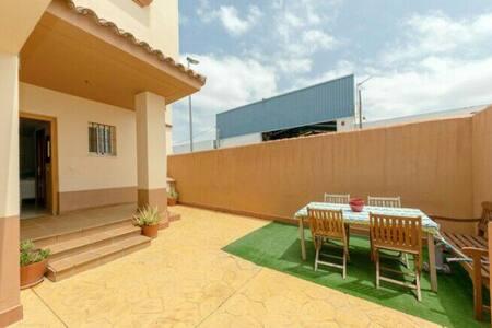 Habitación con ambiente familiar en Lebrija.