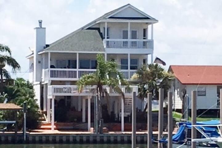 Beautiful Harbor House Plus 50' Boat Slip