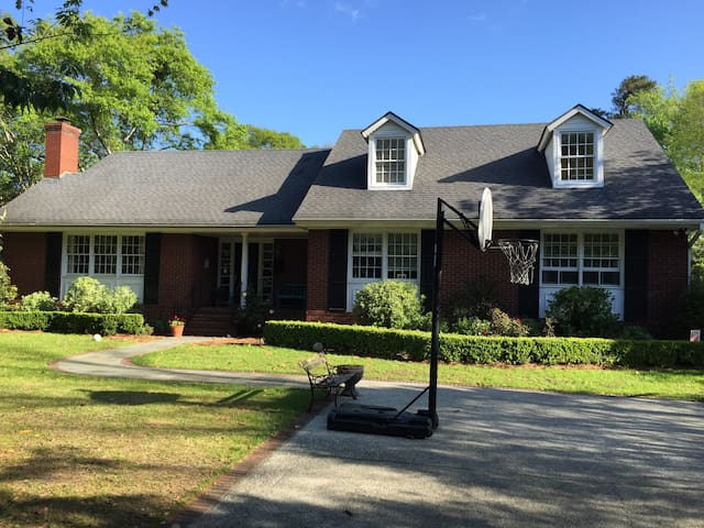 House w/ pool - close to dtown & Folly, sleeps 10
