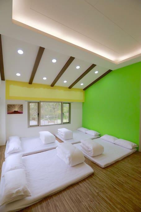 空間寬敞明亮,配色簡單優雅