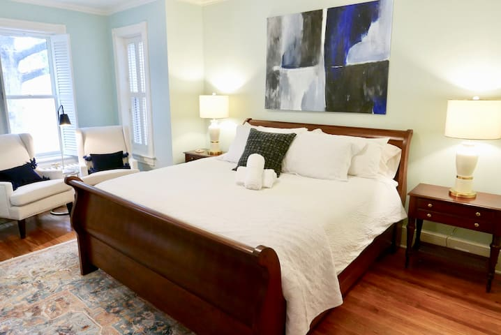 New! Prime Location Capitol Hill - Steps to Union Station - Parking x2!