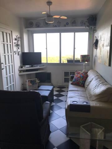 Sala de estar com televisão com canais abertos