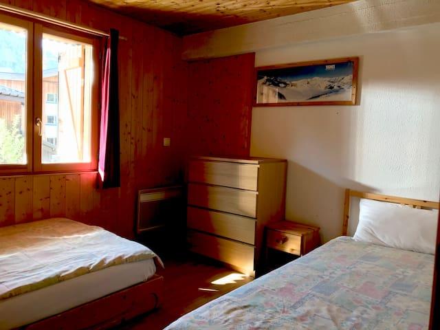 Bedroom 2 with double and single beds / Chambre 2 avec lit double et lit simple