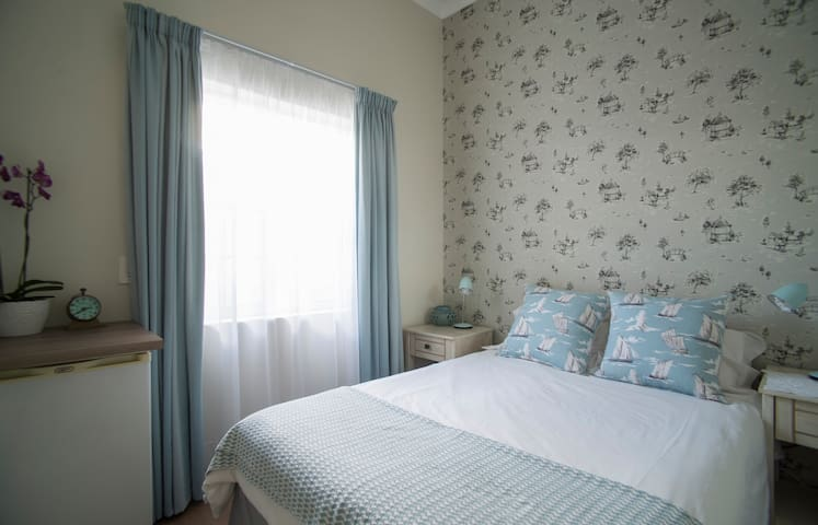 Small and stylish guest room in leafy Newlands