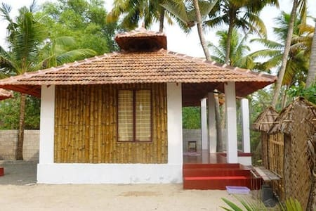 Bamboo cottage on Marari Beach, non a/c - Mararikulam - วิลล่า