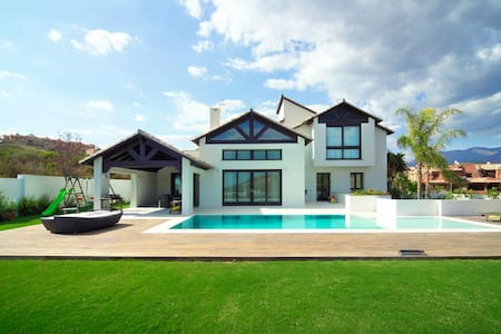 """Villa Majestic"" Luxury, large, close to the beach"